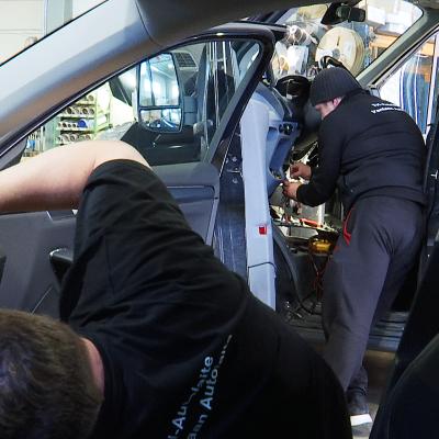 Taksien korjausta TH-Autolaitteen tiloissa