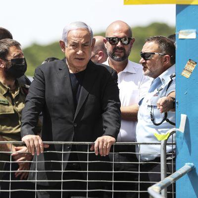 Pääministeri Benjamin Netanjahu tapahtumapaikalla Mount Meronissa.