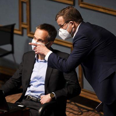 Kokoomuksen eduskuntaryhmän puheenjohtaja Kai Mykkänen ja puolueen puheenjohtaja Petteri Orpo eduskunnan täysistunnossa 28. huhtikuuta