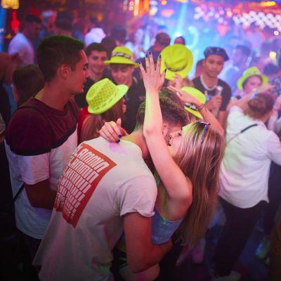 Ihmisiä tanssimassa