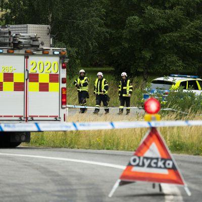 Pelastushenkilökuntaa ja ajoneuvoja onnettomuuspaikalla.