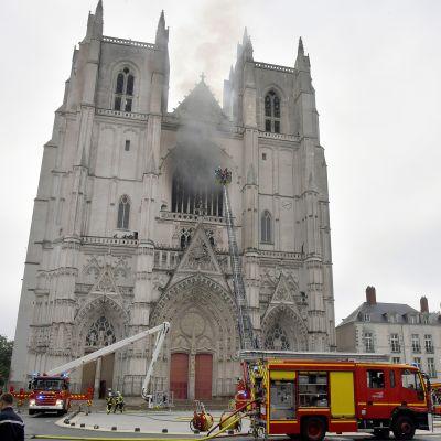 Paloautoja Nantesin katedraalin edustalla.