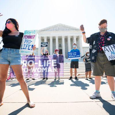Abortin vastustajia koolla korkeimman oikeuden edustalla Yhdysvalloissa.