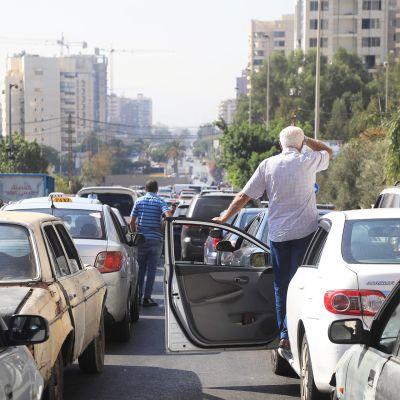 Autojono huoltoaseman lähistöllä Beirutissa Libanonissa.