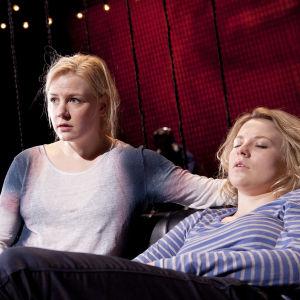 Iida Kuningas ja Emmi Parviainen näyttelevät Q-teatterin näytelmässä Jotain toista.