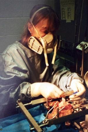 Tarja Stenberg tränar kirurgi med ansiktsskydd.