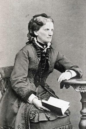 Kuvassa Adelaide Ehrnrooth istuu kirja kädessä.