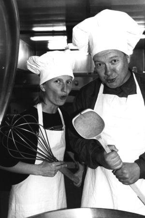 Oudokki-radiosarjan juontajat Minna Lindgren ja Tapani Länsiö 1994.