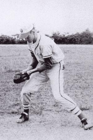 Tidig bild av amerikanska sångaren Jimmy Ellis som spelar baseball, som senare gjorde karriär som Orion.