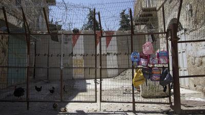 Skolväskor till salu intill stängda Shuhada street i Hebron