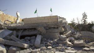 Hamasflaggor pryder hus som israeliska armén rivit i Hebron.