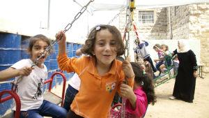 Palestinska barn i Hebron njuter av sin nya gunga