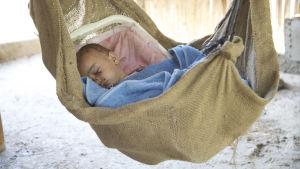 Baby sover i den palestinska byn Khirbet Tell el Himma i Jordandalen