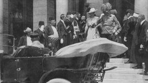 Franz Ferdinand med sin hustru Sophie på sitt besök i staden Sarajevo.