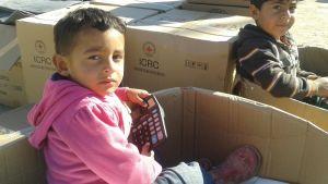 Barn vid en matutdelning i flyktinglägret Takiya, Irak. December 2015