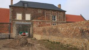 Chateau Hougoumont låg på slagfältet i Waterloo där Napoleon bet i gräset. Här södra porten