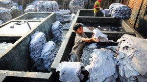 Pojke som jobbar inom läderindustrin