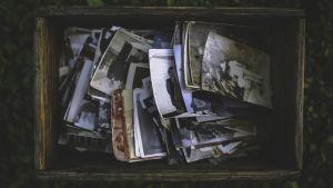 laatikollinen vanhoja valokuvia