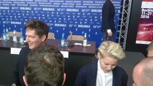 Thomas Vinterberg och Trine Dyrholm  delar ut autografer.
