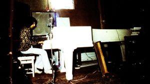Freddie Mercury vid flygeln