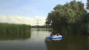 kaksi lasta järvellä kumiveneessä