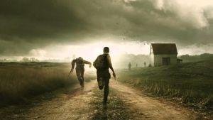 pojat juoksevat tietä pitkin aseet kädessä
