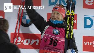 Kaisa Mäkäräinen tuulettaa pronssiaan ampumahiihdon MM-kisoissa Kontiolahdella 2015