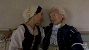 Hovimäki-tv-sarjan kartanon vanha isäntä majuri Fredrik Lindhof (Leif Wager) ja  talousmamselli Frieda Siegell (Janina Beman).