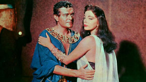 Pressikuva elokuvasta Faaraoiden maa, ohjaus Howard Hawks. Kuvassa Jack Hawkins ja Joan Collins