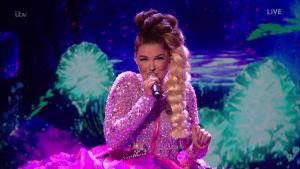 """Finländska Saara Aalto framför sången """"It's oh so quiet"""" i brittiska sångtävlingen X-Factor den 22 oktober 2016."""