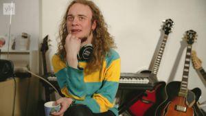 Muusikko Henrik Illikainen esittelee voimabiisinsä.