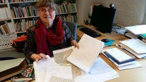 Ria Heilä-Ylikallio vid sitt skrivbord.