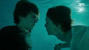 Isak och Even kysses i poolen