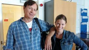 Pasi Hiihtola och Monica Eklund poserar i radiostudion.