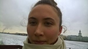 porträtt av dockteaterkonstnären/dansaren Sandrina Lindgren.