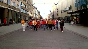 KDC Dance Studios flashmobb mot rasism i Åbo centrum.