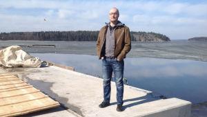 Björn Wadenström fotograferad vid en kaj som håller på att byggas. I bakgrunden syns hav.
