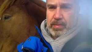Jaakko Nuutila ja suomenhevosensa Piiperoinen kotona Lohjalla 2014.