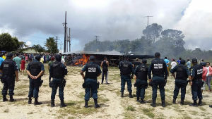 Brasiliansk militärpolis under oroligheter vid gränsen mellan Brasilien och Venezuela.