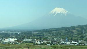 Det var vid foten av den heliga vulkanen Fuji som sekten hade sitt högkvarter.