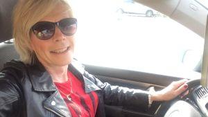 Tanja von Knorring sitter i en bil iklädd solglasögon och läderjacka.
