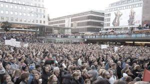 Demonstration på Sergels torg med många människor efter att Sverige demokraterna valdes in för första gången.