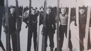 En bild från Öjberget vintern 1937. Unga backhoppare visar upp sina breda skidor. Ragnar Nordström andra från vänster.