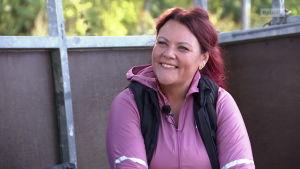 Suomen Supernanny Pia Penttala harjoittelemassa moukarinheittoa