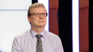 En man i glasögon.