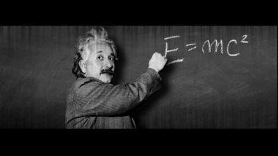 Albert Einstein vid svarta tavlan.