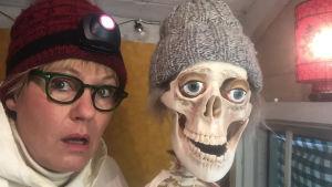 Kvinna och ett skelett.