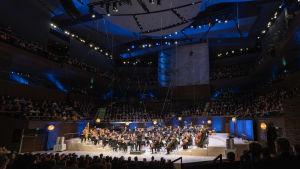Vidbild på Vanda orkester i Musikhuset då de uppträder med John Williams filmmusik.