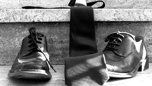 Skor och en slips på stentrappa