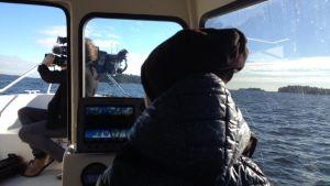 Dottern Emilia får köra en bit ut till Nordsjö.